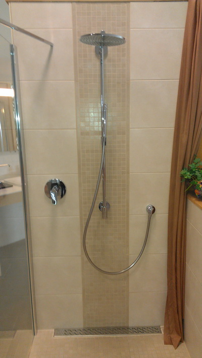 Dusche mit Duscharmatur