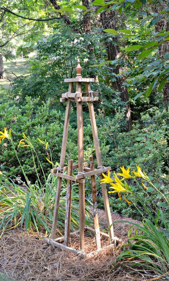 Obelisk aus Altholz in einem Garten
