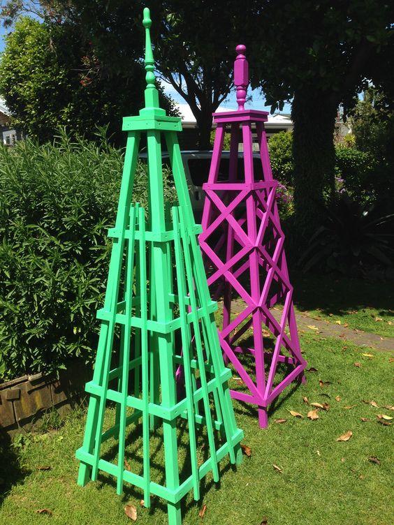 In der Gestaltung verschiedene Holz - Obeliske